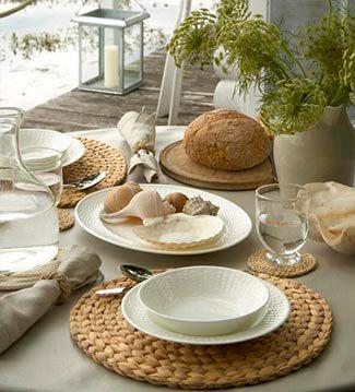 Las vajillas en blanco son un clásico atemporal. Basta con un poco de imaginación para llenar la mesa de encanto, mezclándolas con detalles en fibras vegetales para un look cottage