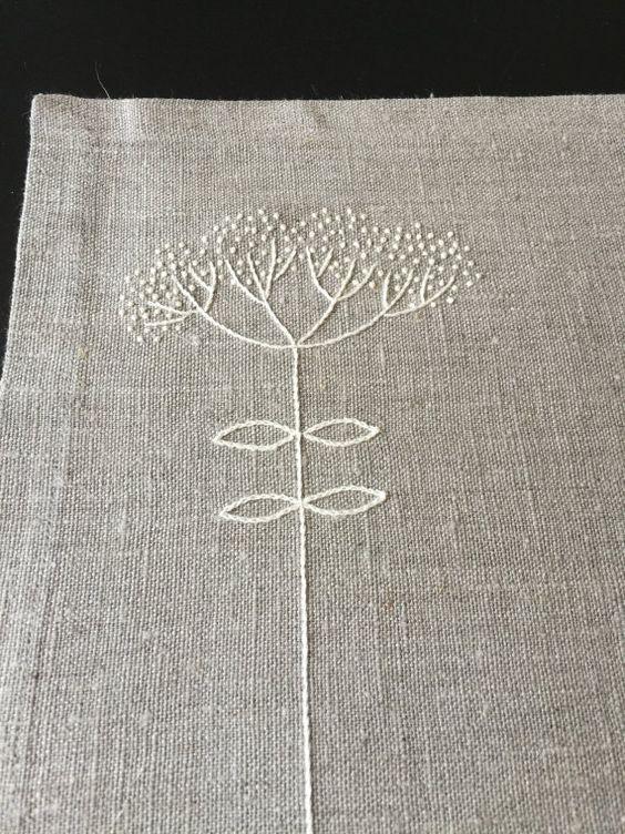 Listo para enviar!  Manteles de lino con la mano bordado en color marfil. Los manteles individuales miden 18.5 x 13, 5 (48 x 34 cm) y hecha de tela de