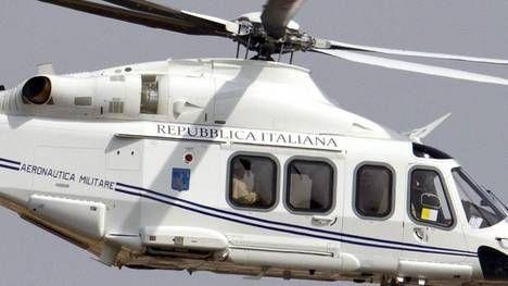 El helicóptero que transportaba al Papa  Francisco, sentado junto  a la ventana de la izquierda, vuela en su camino a Castel Gandolfo. (AP)