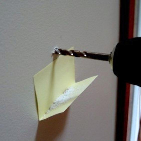 Ein Klebezettel fängt den Staub auf beim Bohren.