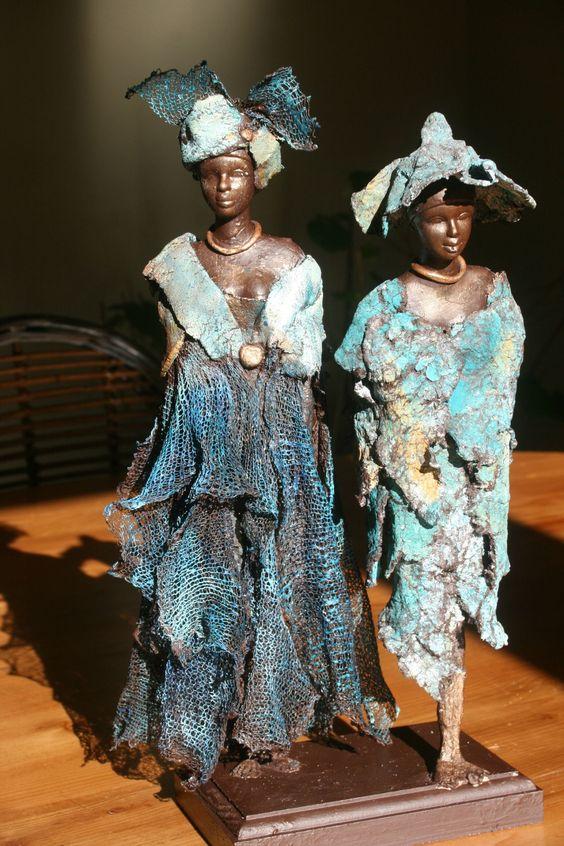 """""""Les dames en bleu"""" de Catherine. Utilisation de powertex, stone-art, pigment, stockinette, tissu... et un bon tour de mains."""