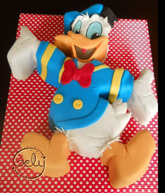 Torta tallada del Pato Donald, un queridísimo e inolvidable personaje.