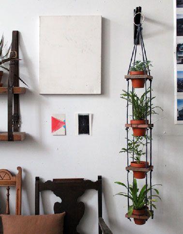 Un porte plante facile à fabriquer  soi-même avec  du bois de récup et de la corde de couleur.  Pouvant servir à suspendre plusieurs plantes intérieures, fleuries ou vertes. les bois découpé en petits carré servent de supports aux pots après avoir été découpés d'un diamètre légèrement inférieur à celui du pot