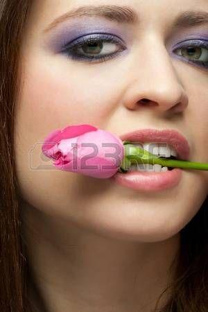 Close-up retrato de la joven y bella mujer con estilo de maquillaje la…