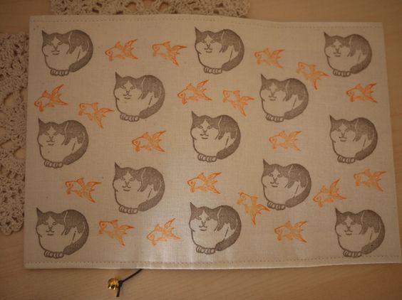 金魚に猫に鈴に和柄な布に…和テイストで統一してみました^^素材:綿布、合皮ひも(しおり)、鈴(しおり)、中に接着芯サイズ:文庫本布用インクで一つ...|ハンドメイド、手作り、手仕事品の通販・販売・購入ならCreema。