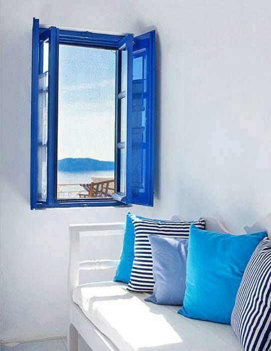 """""""A todo el mundo le llama la atención que las puertas y las ventanas estén pintadas de azul, pero no es originalidad mía; una mera copia de una postal que alguien me envió desde Santorini."""":"""