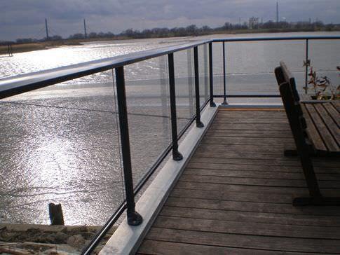 garde-corps d'extérieur / en aluminium / à panneaux en verre / à