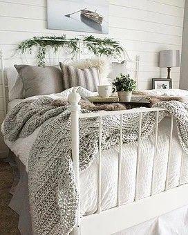 9 Astuces déco pour créer une ambiance cosy, cocooning dans votre chambre. Lit barreau blanc plaid coussins fourrure gris