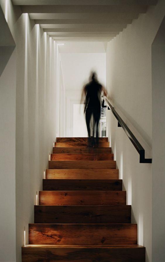 Clairage escalier led 30 id es modernes et originales pinterest led et - Escalier fixe au mur ...