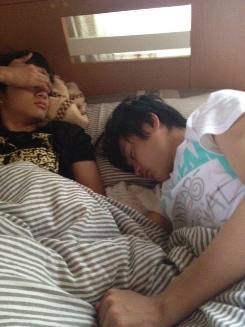 寝ている橘柊生と北村匠海です。