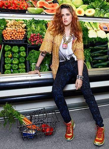 Em um ensaio realizado em West Hills, na Califórnia, a estrela encarnou o glamour da Chanel dentro de um supermercado Foto: Divulgação