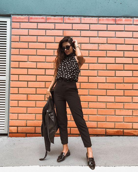 Look all black, calça alfaiataria, blusa estampa de poá e mocassim.