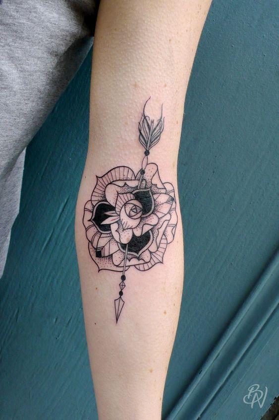 bleu noir tattoo les abbesses paris 18e flower arrow tattoo rose tattoo arm sleeve woman. Black Bedroom Furniture Sets. Home Design Ideas