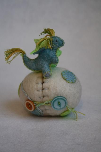 dragon egg pin cushion: Egg Dragon, Dragon Pincushion, Cute Ideas, Felt Dragon, Dragon Eggs, Sewing Pincushions