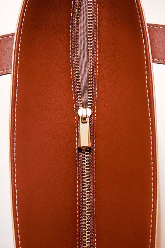 Detalle del bolso shopping bag de la parte superior, cremallera y tirador en dorado, costuras perfectamente cosidas y acabadas.