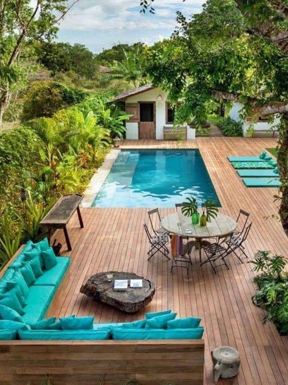 Piscina con deck de madera jard n pinterest for Diseno de patios con piscina