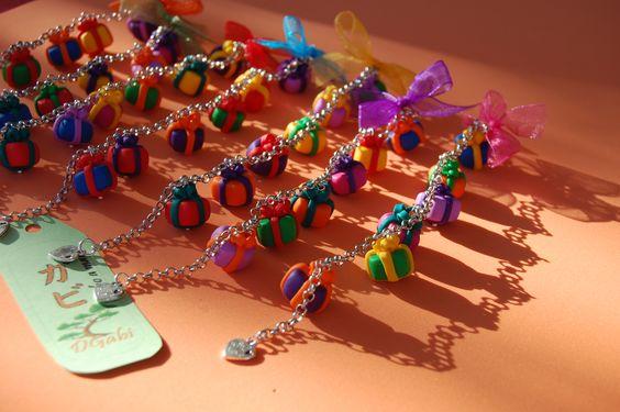 Pulseras hechas a mano, con arcilla polimérica, y con regalitos de colores