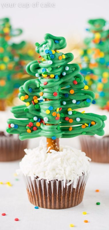 How to make easy Christmas Tree Cupcakes using Pretzels! So fun!