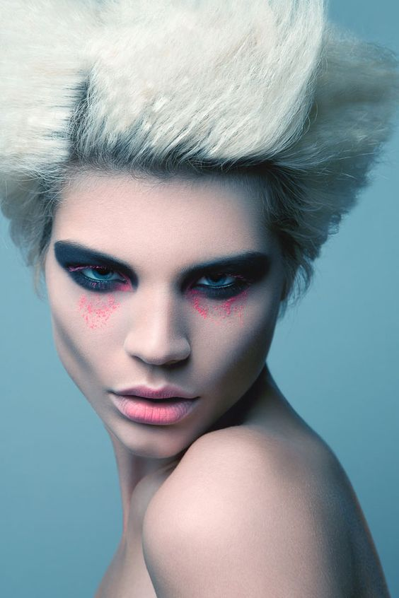 Love the juxtpostion of the neon pink against the graphite/black/navy shadow - a new take on the dark and defined eye!