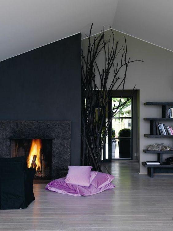 wandfarbe-grau-wohnzimmer-kamin - lila dekorative kissen ...