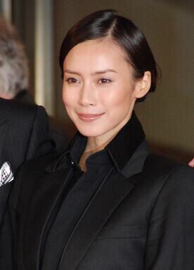 中谷美紀黒シャツに黒ジャケットで決めた美しい画像
