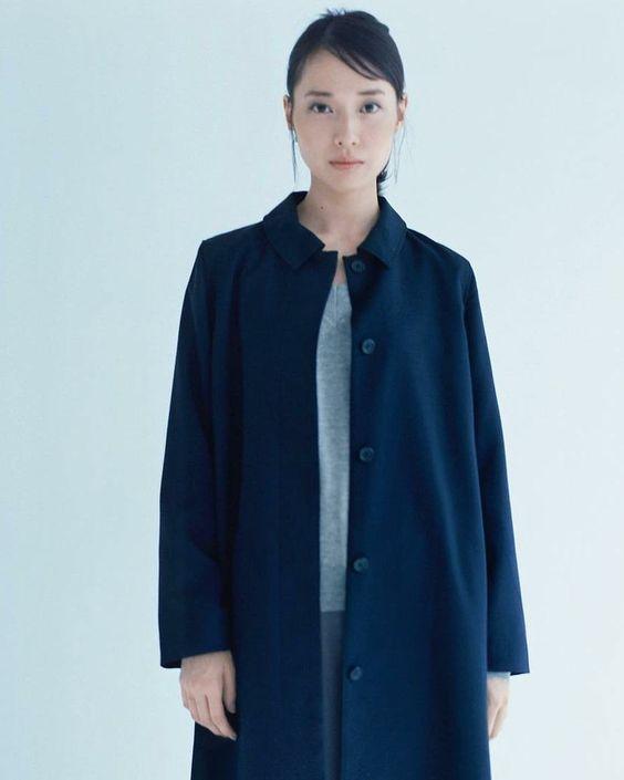 紺色のコートがお似合いの戸田恵梨香さん