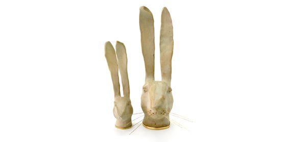 Conejos blancos en cerámica de Alice Toumit.  Lapins blancs en céramique d'Alice Toumit.