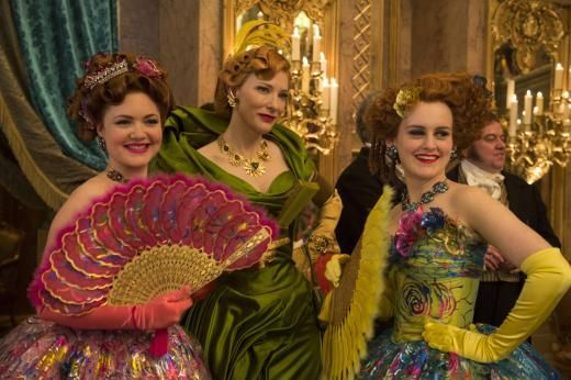 Lady Tremaine (Cate Blanchett, M.) mit ihren Töchtern Anastasia (Holliday Grainger, l.) und Drisella (Sophie McShera, r.).
