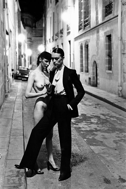 En 1975, Newton fait sortir la mode des studios et immortalise le smoking Yves Saint-Laurent dans le vieux Paris, rue Aubriot.