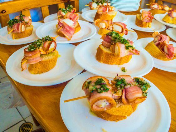 Brocheta de mariscos con salsa Argentina