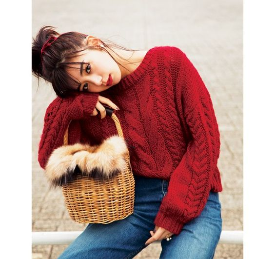赤いセーターの池田エライザ