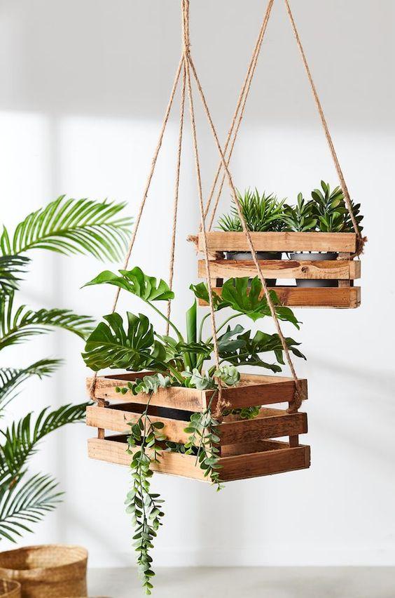 plantes suspendues dans des cagettes pour déco diy de terrasse