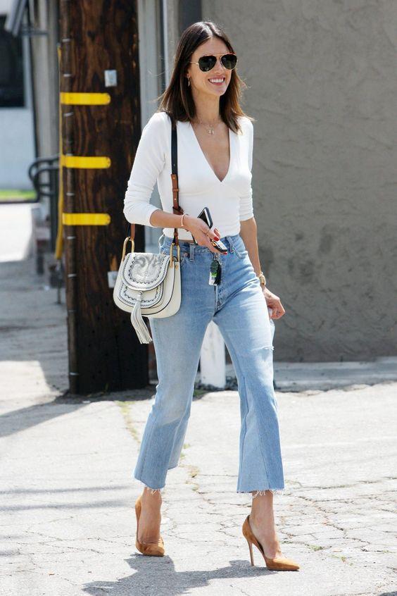 Los flare plants se mantendran tendencia por bastante tiempo. Lo puedes combinar con un body blanco y scarpins nude como Alessandra Ambrosio en este look.