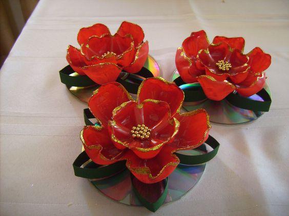 estas flores las confeccion con fondos de botellas pet la hojas son de rollos de papel cortado. Black Bedroom Furniture Sets. Home Design Ideas