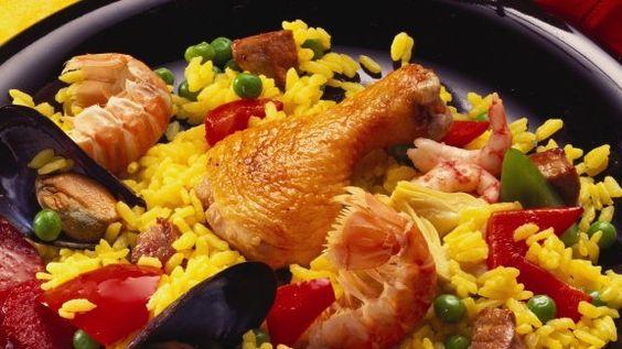 Rezept: Paella mit verschiedenem Fleisch, scharfer Wurst und Meeresfrüchten