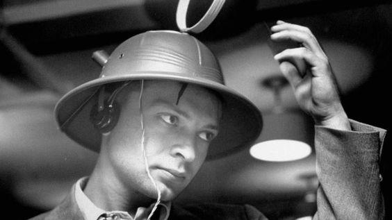 """El Inventor Victor T. Hoeflich, fundador de la empresa de esta novedad de fabricación americana Merri-Lei de Brooklyn, Nueva York, presentó su """"Man-from-Mars Radio Hat"""" Marzo de 1949. En la confere..."""