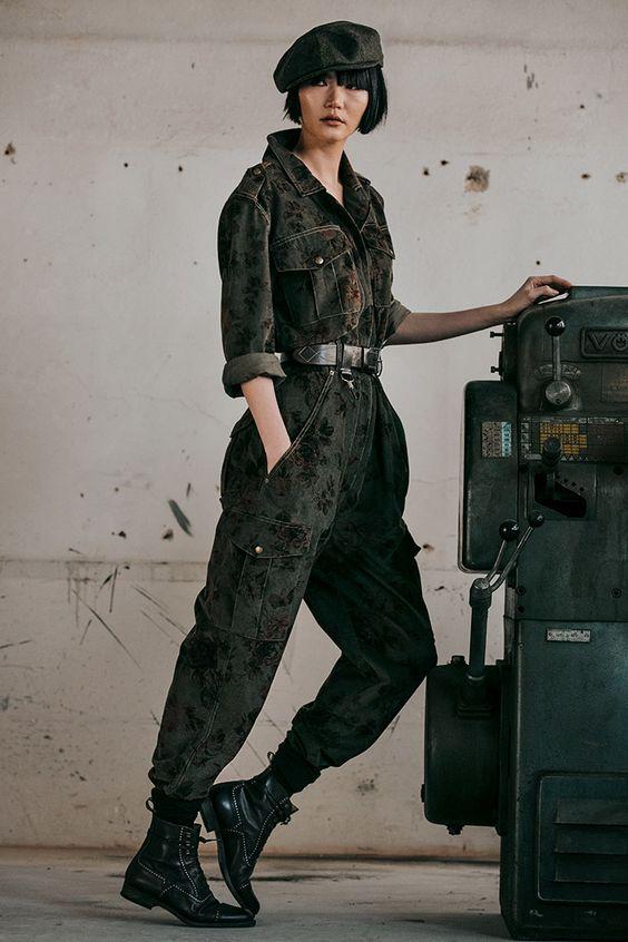 Look espojado e fashion com macacão utilitário com coturno.