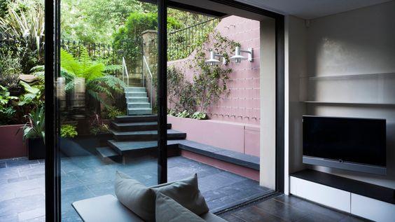 Große Fenster, edle Verarbeitung: In solch einem Souterrain wohnt es sich luxuriös