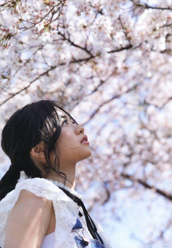 フリルのついたノースリーブを着ている桜の下の寺田蘭世の画像