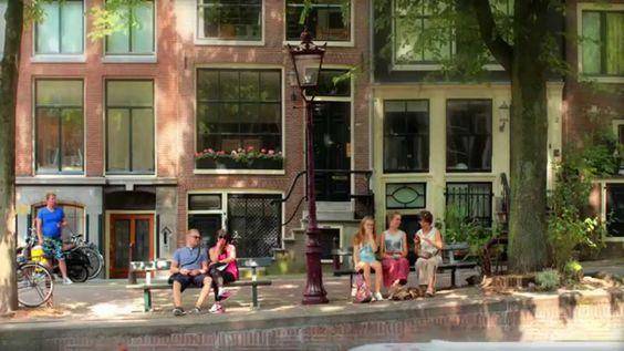 """Het bankje, waarop de twee hoofdpersonen op het bankje een cruciaal gesprek hebben, en waarna ze uitbundig zoenen, speelt een belangrijke rol in het boek. """"Het bankje"""" dat in Amsterdam staat, wordt massaal bezocht door vele tieners. Het bankje is zelfs zo bekend dat het gestolen werd."""