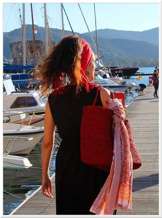Stefy...da spiaggia..(!) Sciarpa legata in testa, borsa da mare in corda, pareo, vestito lungo in cotone.Foto Arianna Negri #elba #india #abbigliamento #mare #accessori