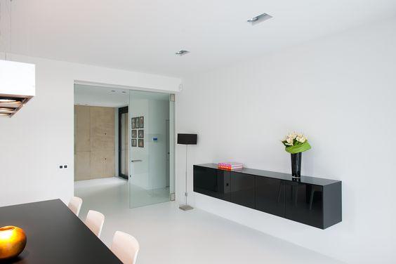 witte gietvloer met een glazen deur zonder vloerveer