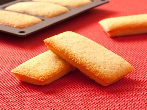 Financiers Amélie - 200 g de beurre - 5 blancs d'oeufs - 200 g de sucre glace - 80 g de farine - 80 g d'amandes en poudre - 1 c à café de miel Faire chauffer le beurre coupé en morceaux dans une casserole jusqu'à ce qu'il commence à foncer et sentir la noisette. Laissez le tiédir. Allumez le four 200°C. Battre les blancs au fouet juste pour les faire mousser. Ajouter le sucre glace, la farine, les amandes en poudre, le miel et le beurre noisette. Faire cuire 10 min.: