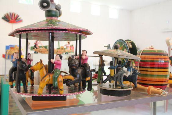 Museo Comunitario del Juguete Tradicional Mexicano se inauguro en 1998, se aloja en una antigua casona. En sus salas se muestran juguetes de todas partes de México, en madera, papel o marquetería elaborados cuidadosamente a mano por artesanos locales.    Se encuentra en el Municipio de San Francisco de los Romo, Aguascalientes., México.  La dirección es Francisco Romo de Vivar #102A esquina con independencia. De martes a domingo de 10:00 a 14:00hrs. Y de 16:00 a 20:00hrs.