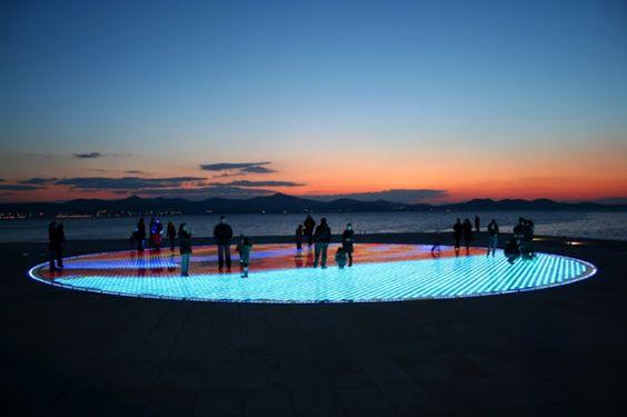 """""""Saudação ao Sol"""" : une plate-forme de LED alimentées à l'énergie solaire par Nikola Bašić, à Zadar en Croatie - Installation"""