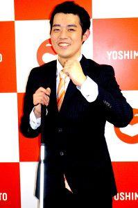 吉本の壁の前の濱田祐太郎さん