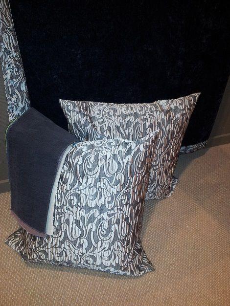 Cevelit sprei velours zwart, met bies grijs,twee kussenslopen 50 x 50 cm. grijs barok rand Slaapkamers, bedtextiel, sierkussens en accessoires  www.theobot.nl Zwaag / Hoorn