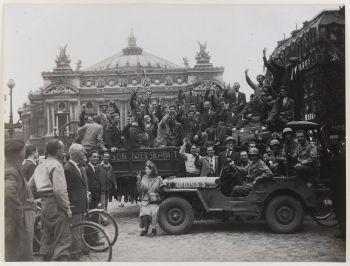 Libération de Paris - non datée - Prisonniers  rapatriés, place de l'Opéra, 9ème arrondissement