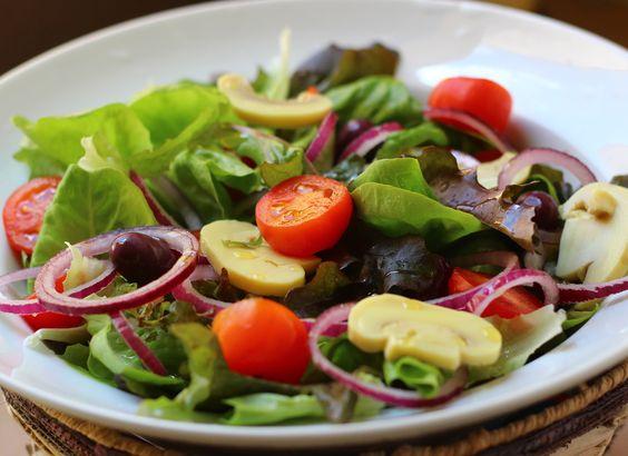Salada de folhas com azeitona preta, cebola, tomate e champignon.