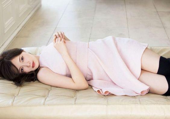 横たわる白石麻衣